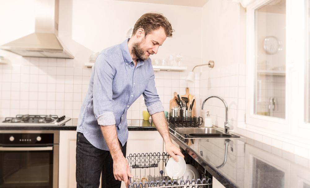 Mies ja astianpesukone