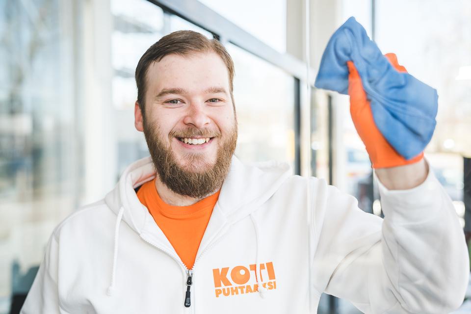 Sten-Erik löysi omaan aikatauluun sopivan työn Koti Puhtaaksi Oy:ltä